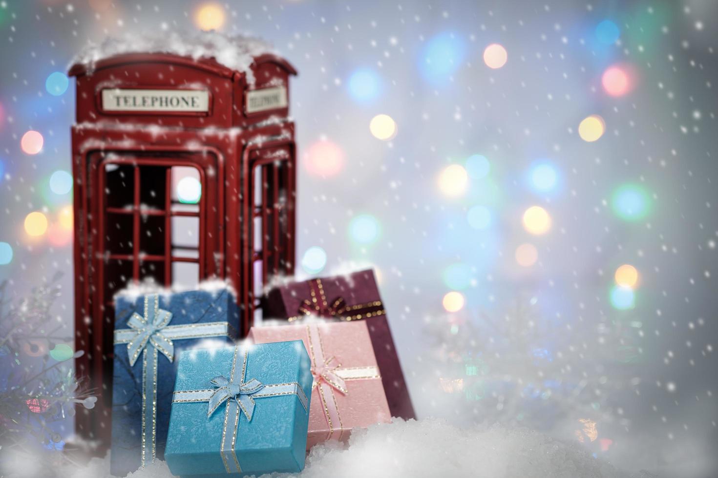 cajas de regalo y cabina telefónica foto