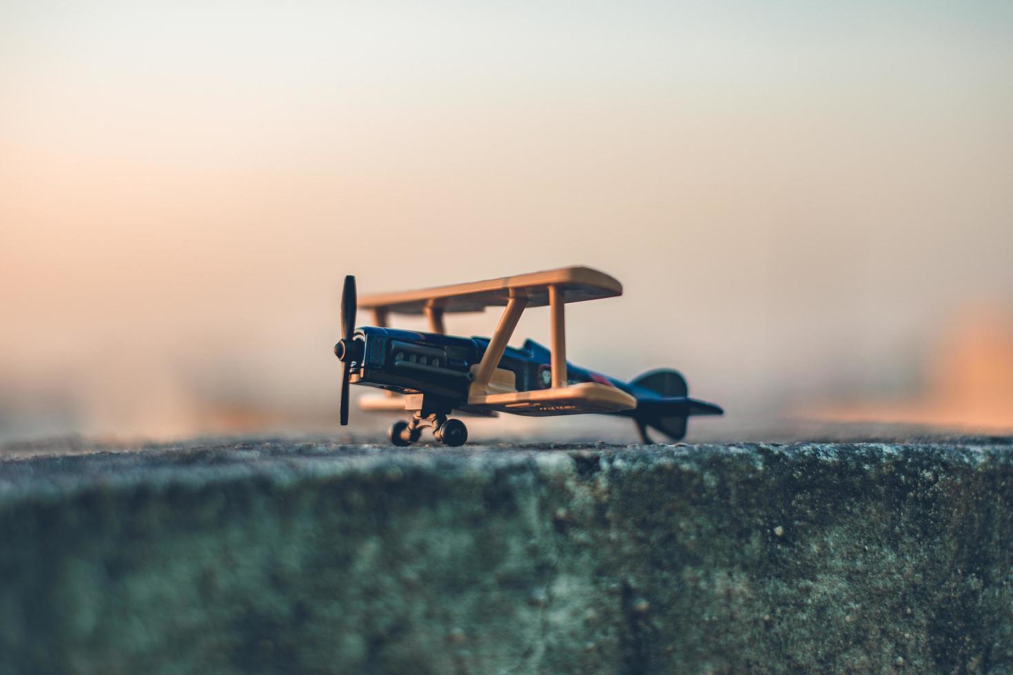 primer plano del aeroplano modelo de madera foto