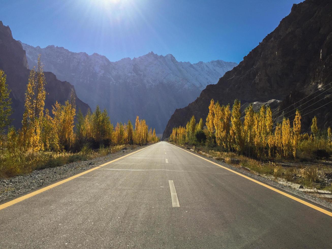 vista de otoño de la autopista karakoram foto