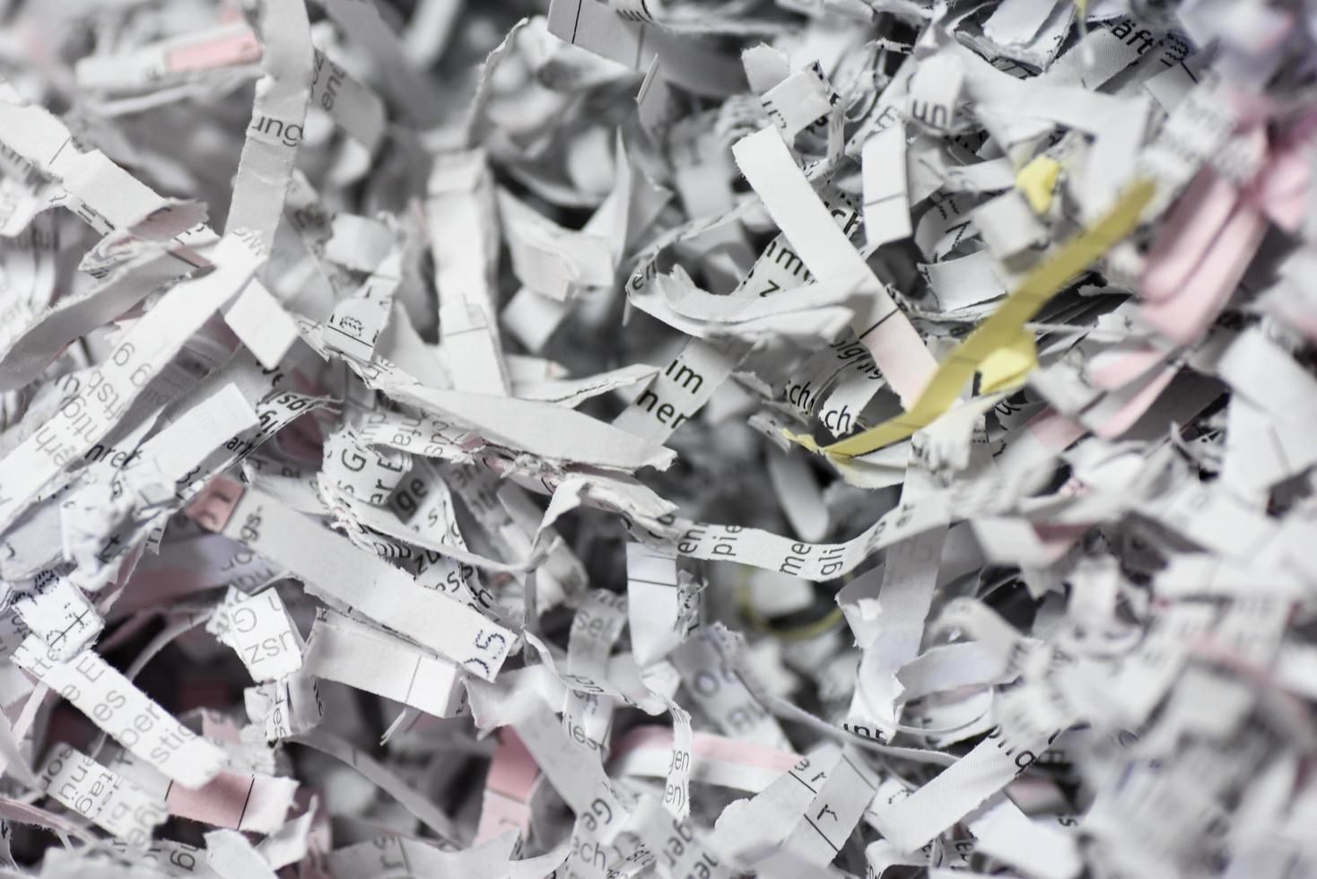 cartas y documentos triturados foto