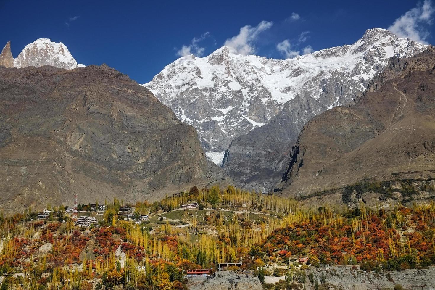valle de hunza en otoño contra montañas foto