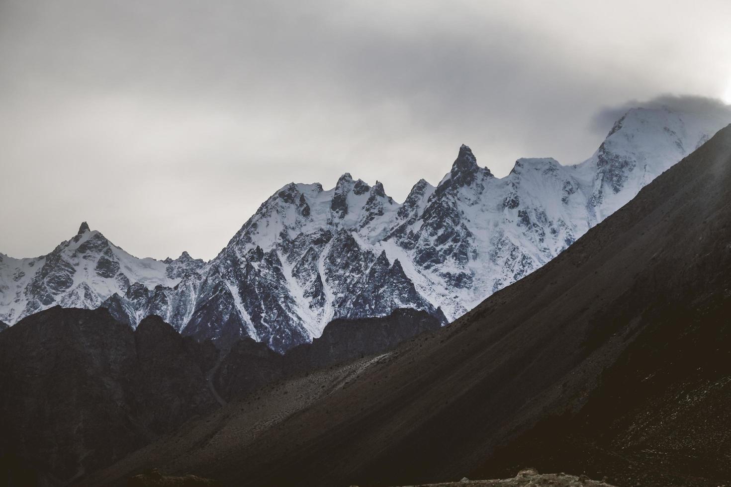 montañas nevadas de karakoram foto