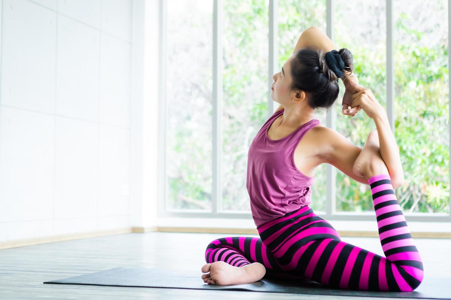 mujer asiática practicando yoga foto