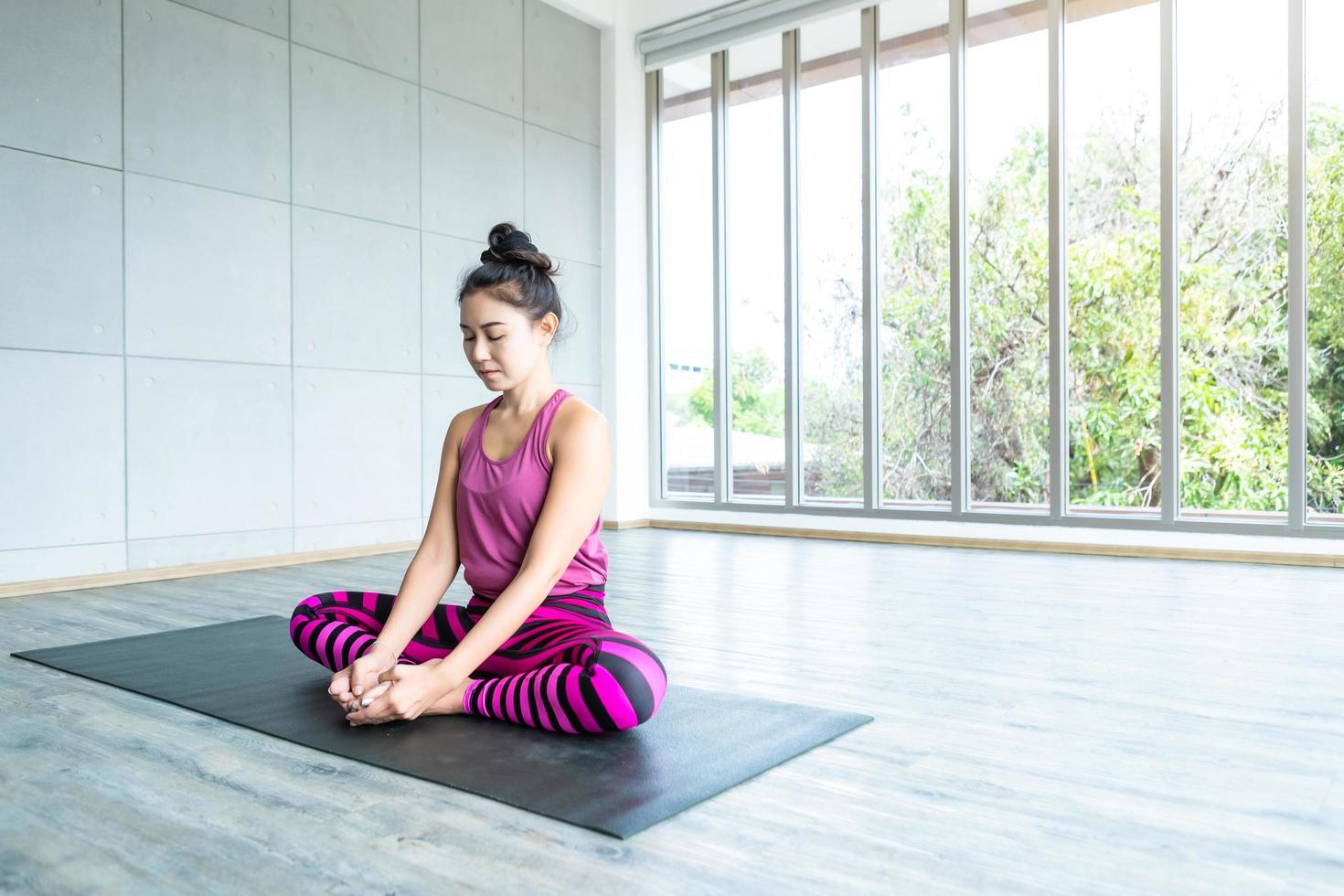 mujeres asiáticas practicando yoga foto