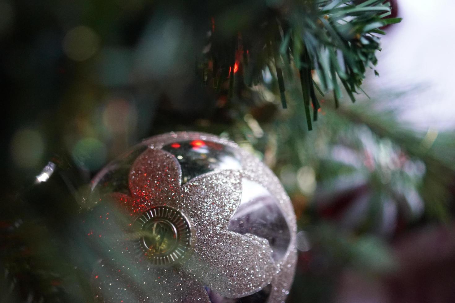 bombilla de navidad de plata foto