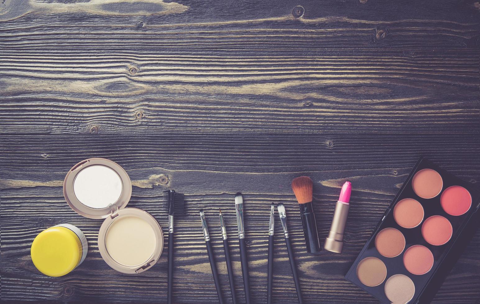 maquillaje en mesa de madera foto