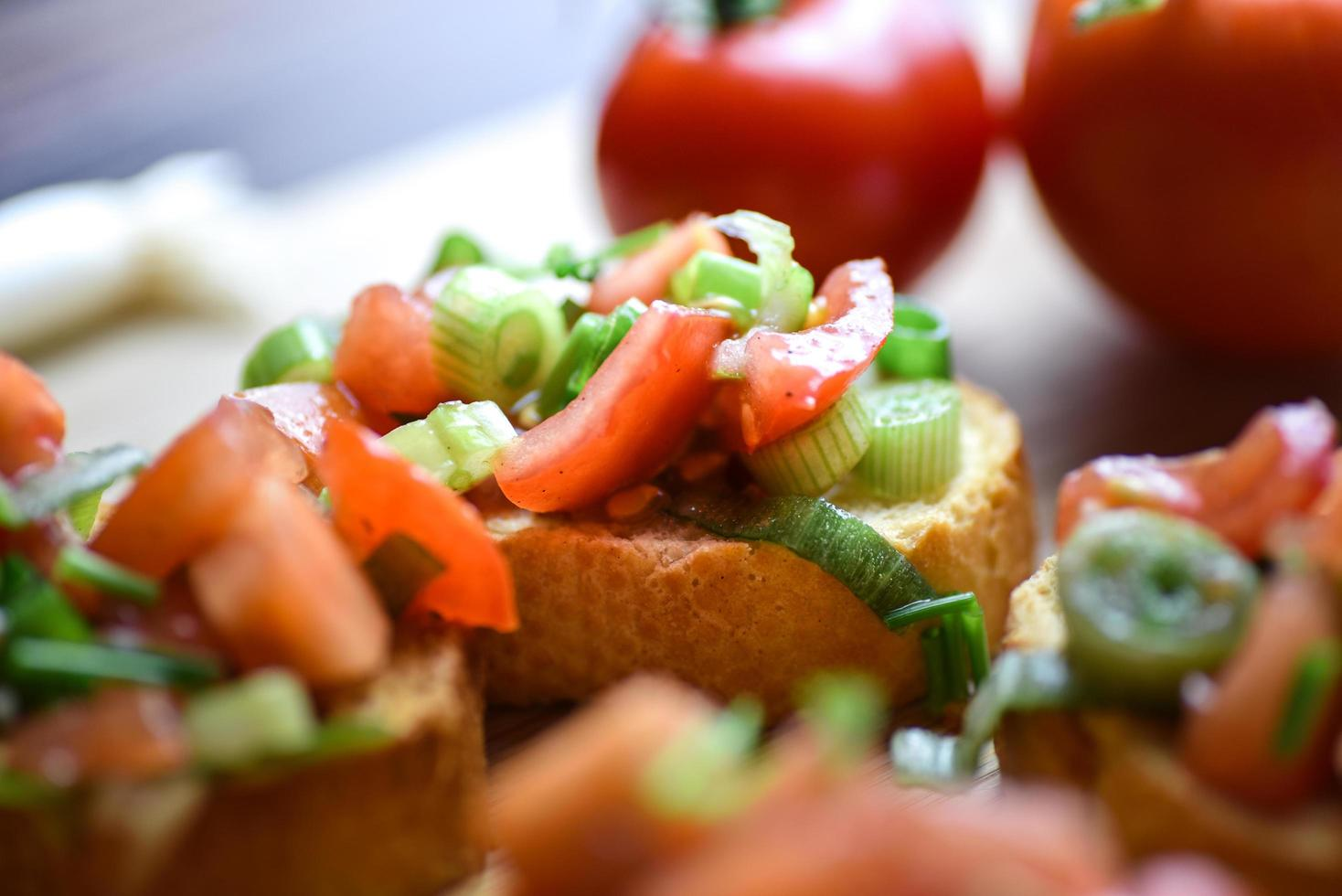 Baguette bruschetta mediterránea saludable foto