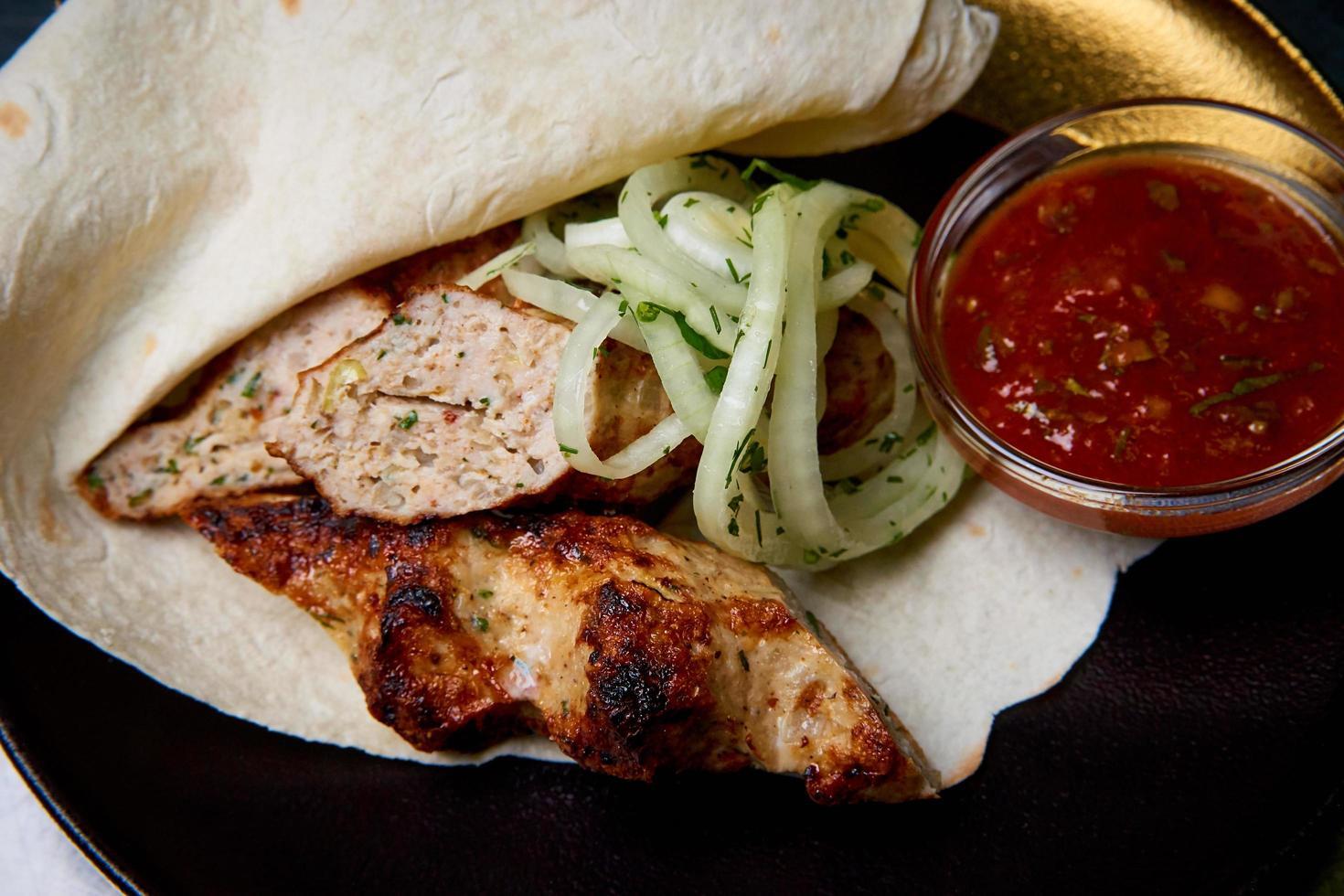 carne al horno en pan de pita foto