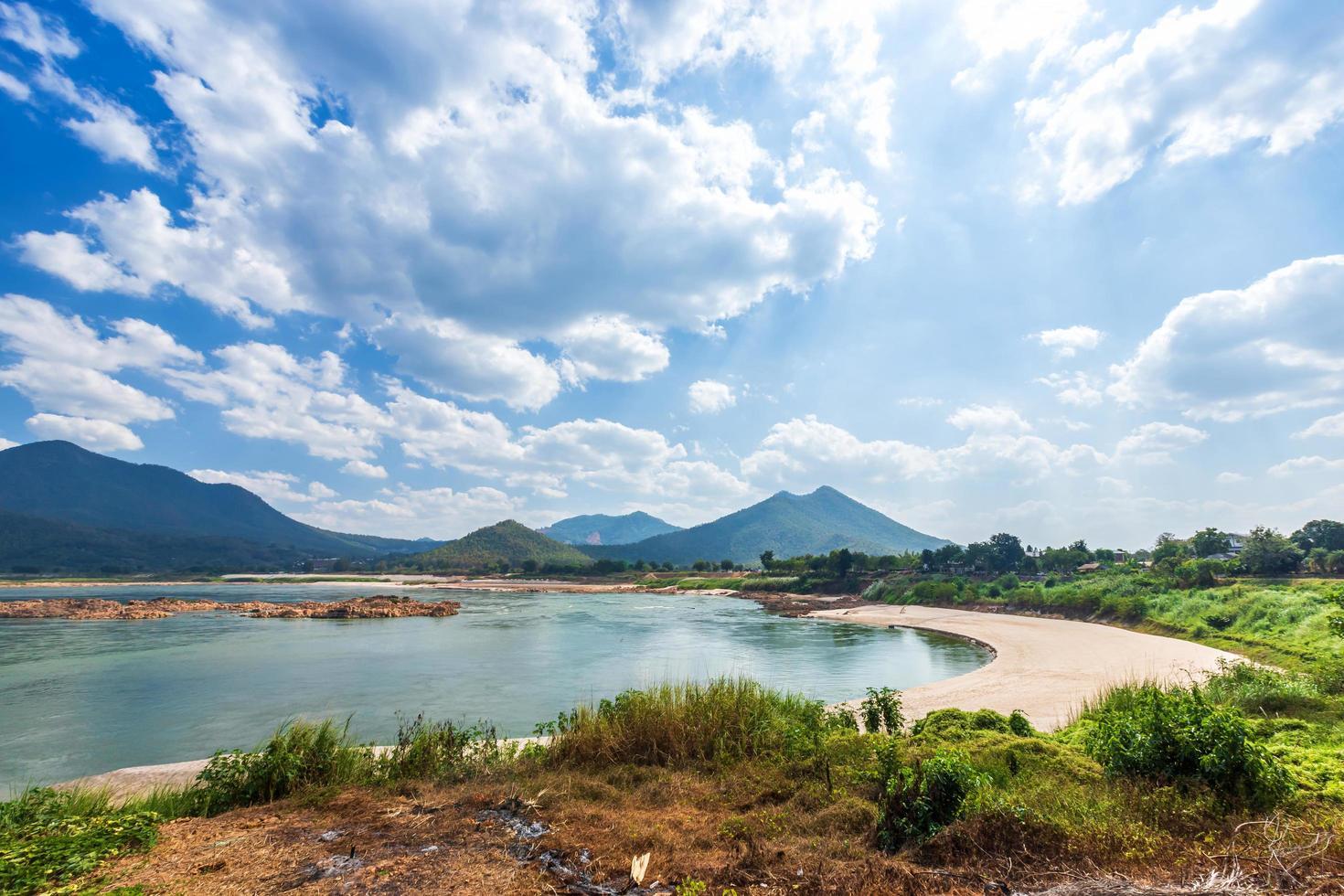 vista a la orilla del río mae khong, tailandia foto