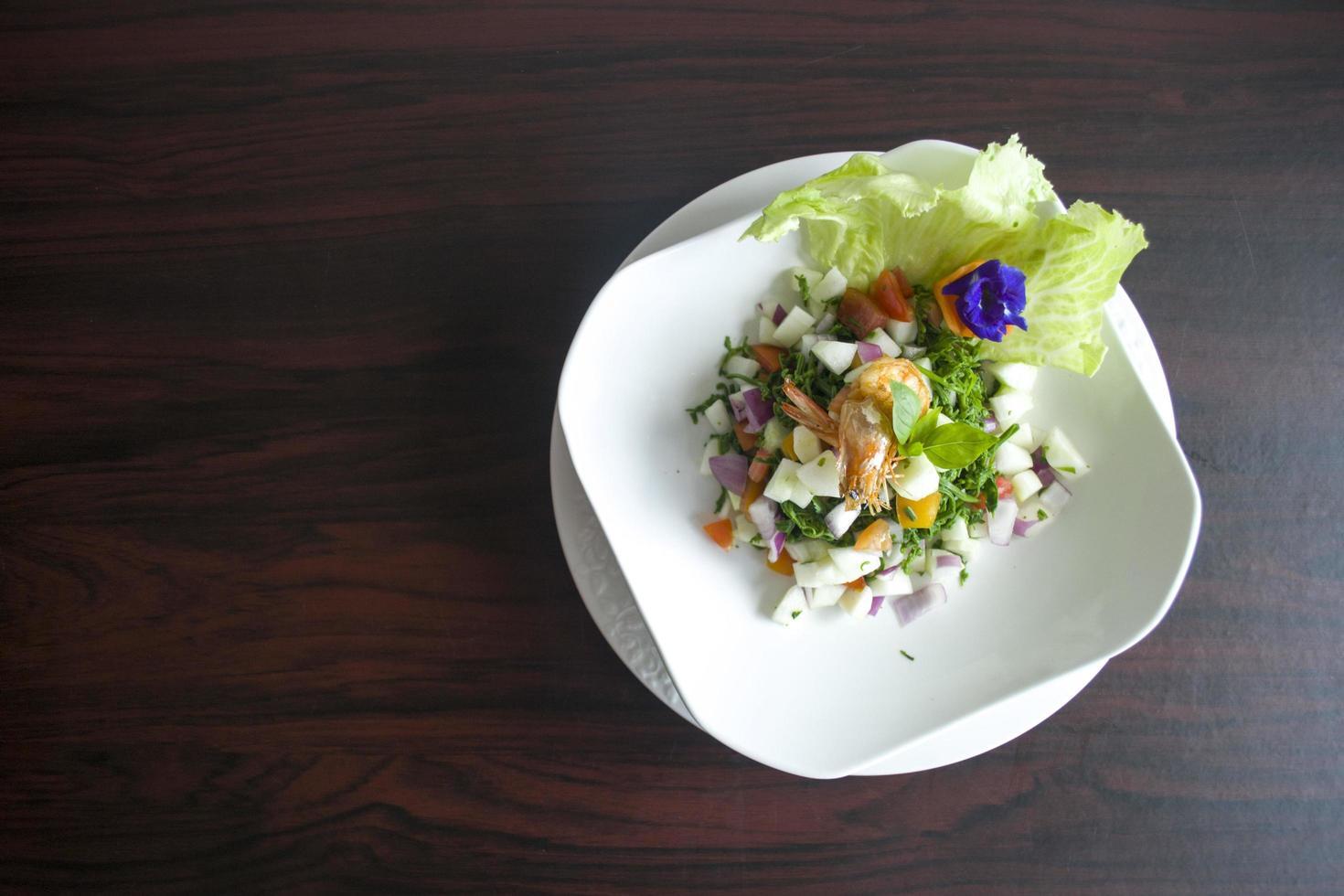 ensalada de verduras con camarones foto