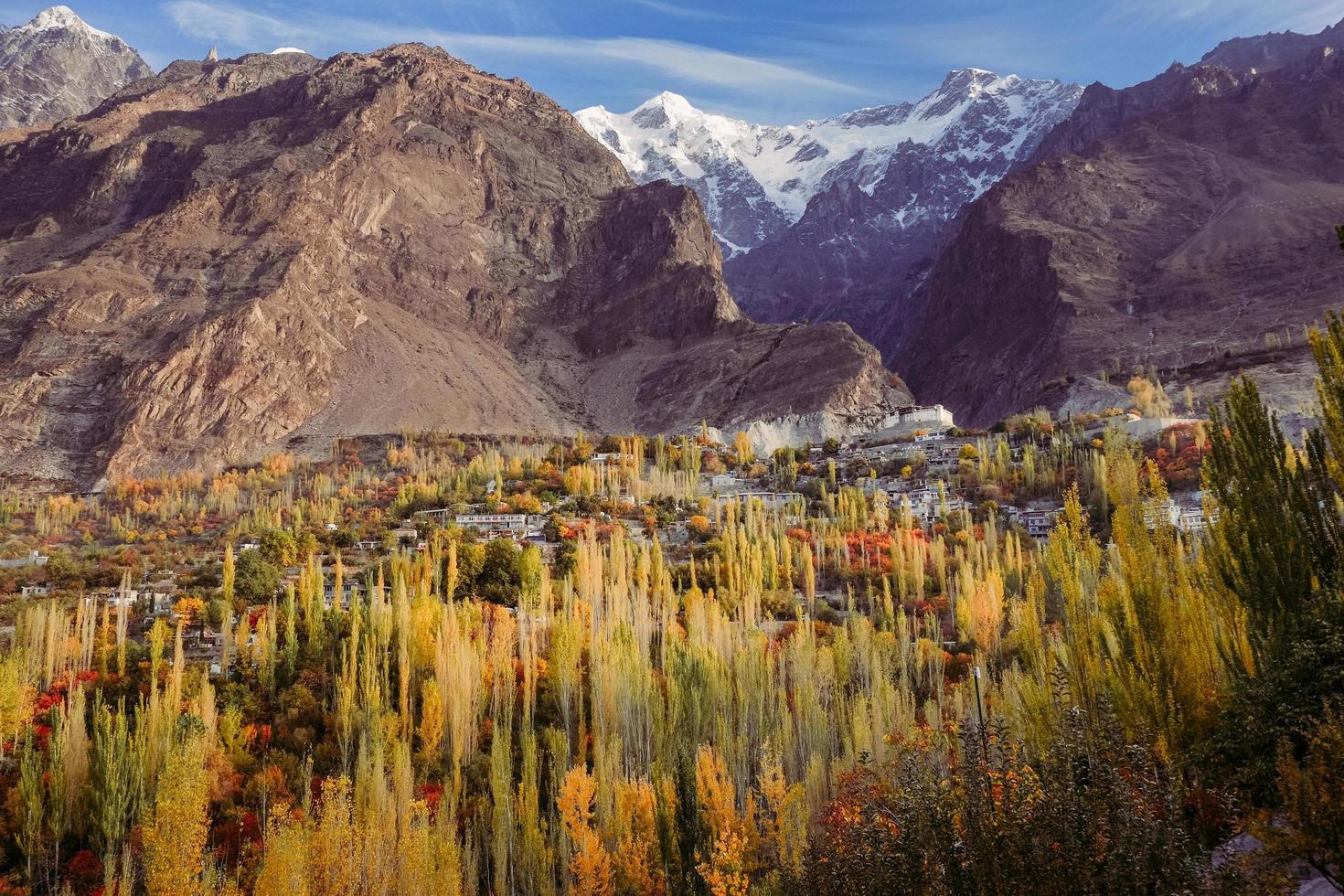 escena de otoño en el valle de hunza foto