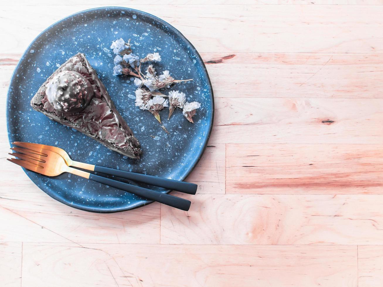 plano de pastel en plato azul foto