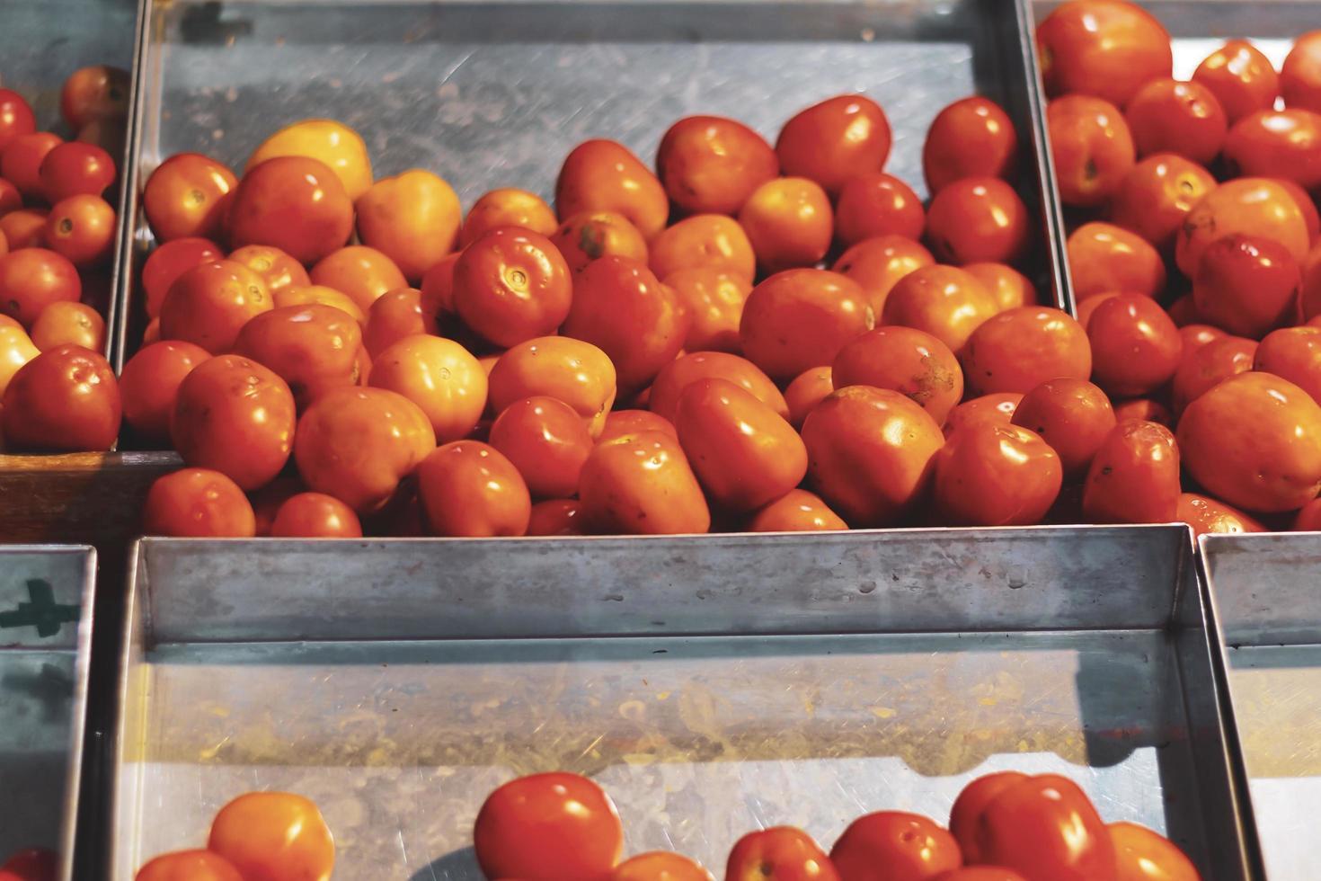 tomates rojos en cajas de metal foto