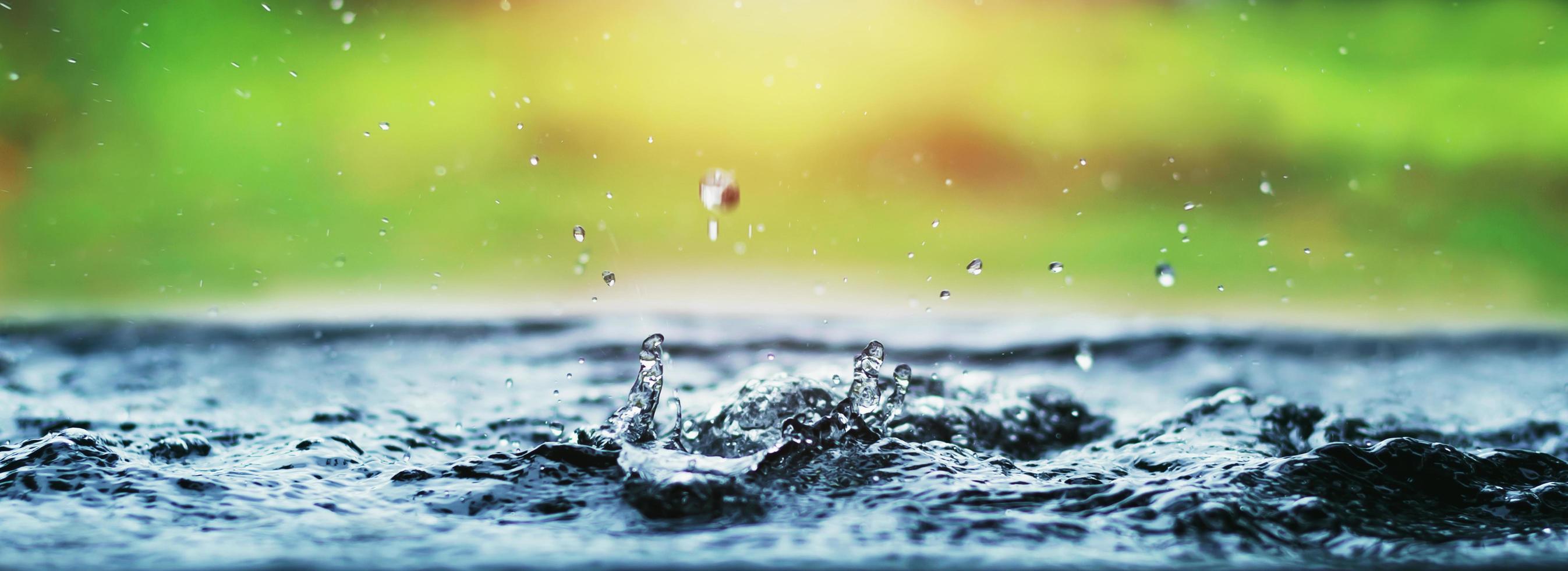 gotas de agua salpicando foto