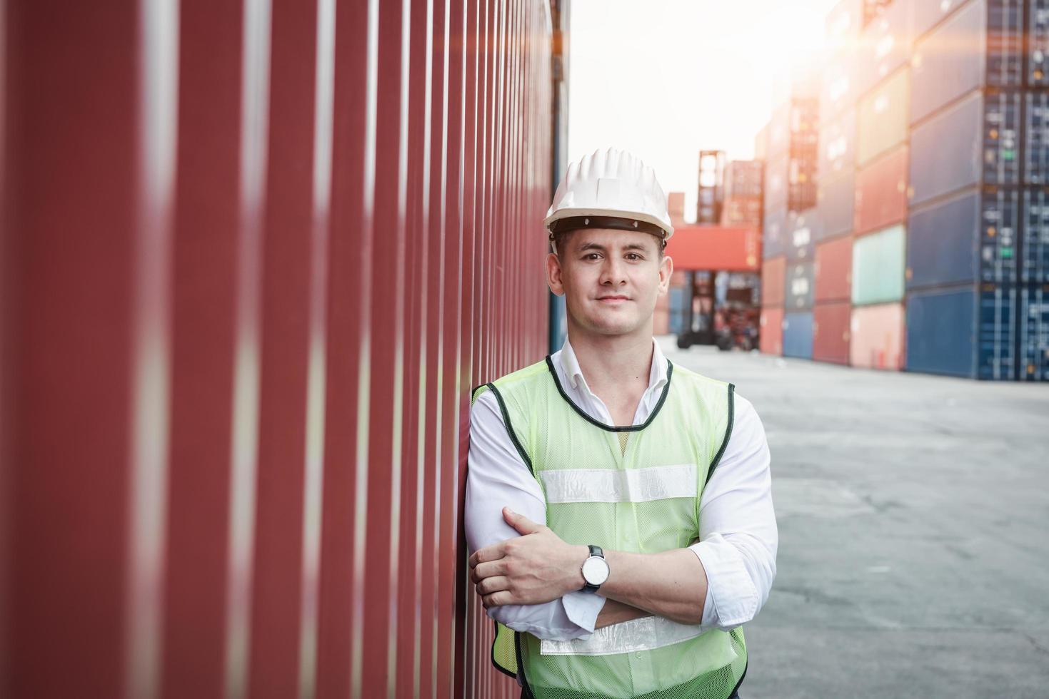 Retrato de un trabajador de pie en el astillero de contenedores foto