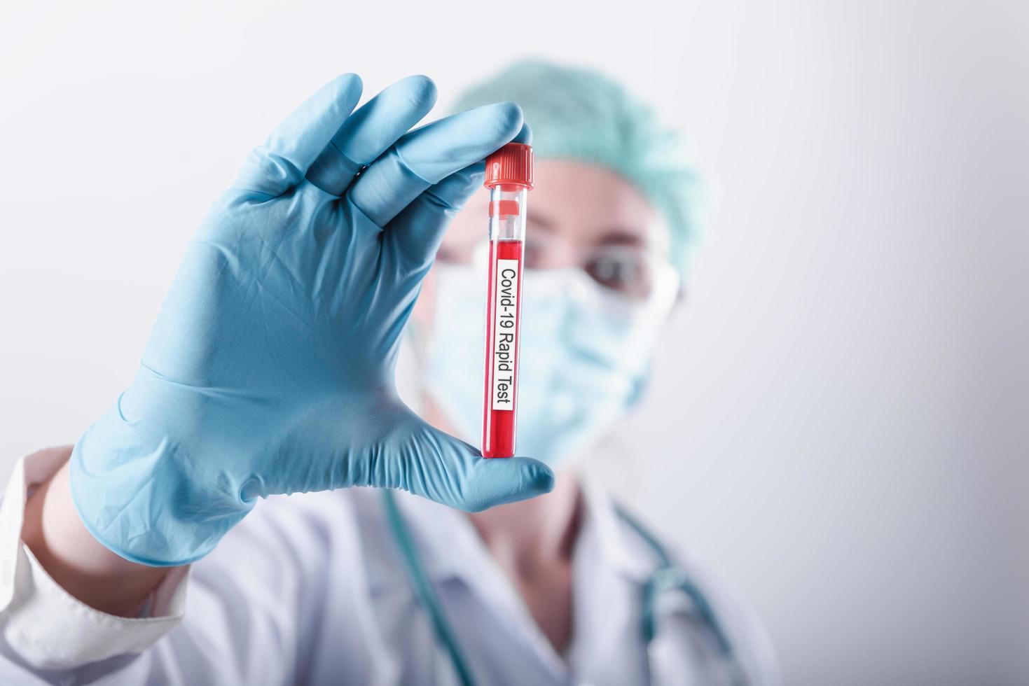 concepto de prueba de muestra rápida de laboratorio de coronavirus foto