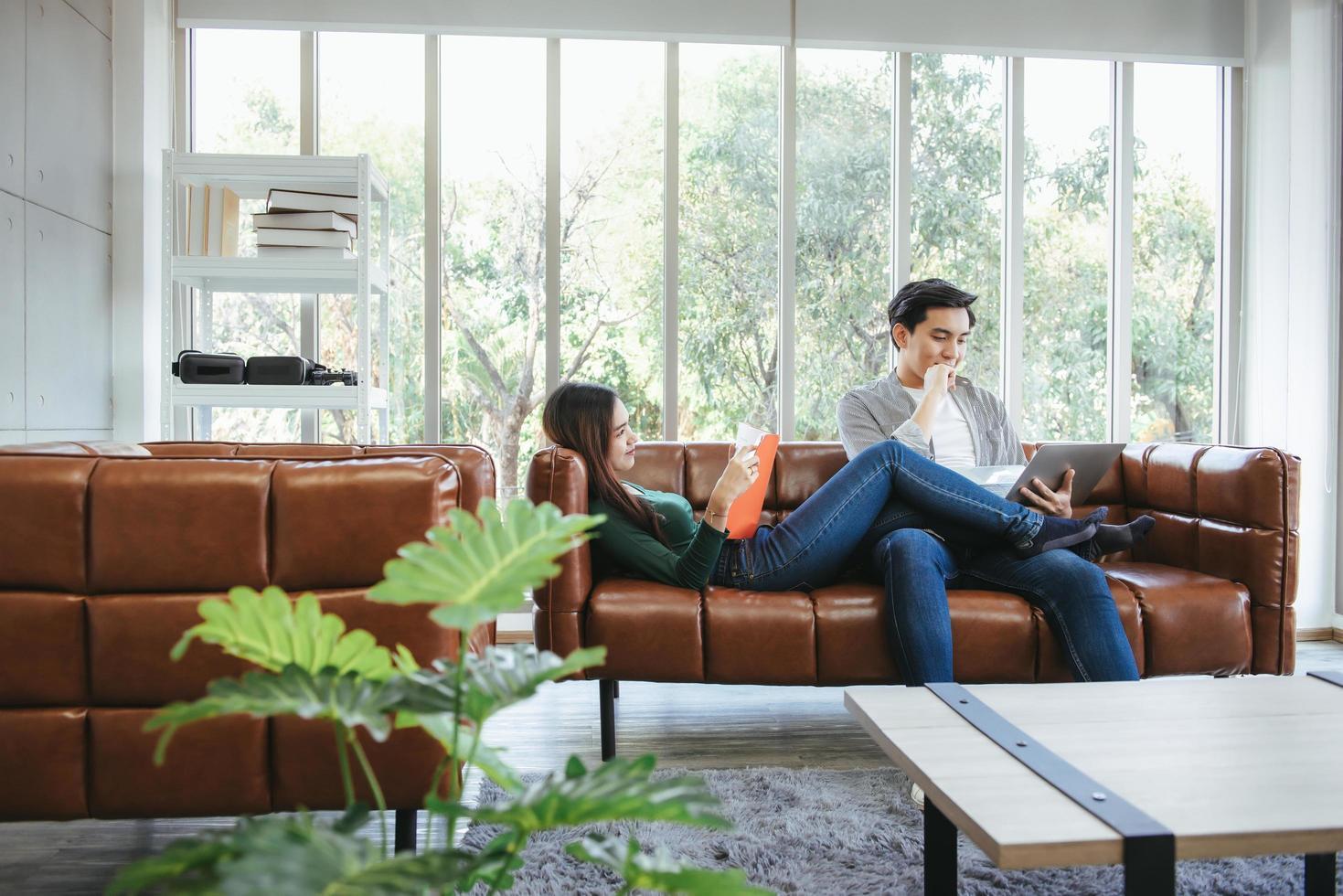 Pareja descansando en el sofá en su casa foto