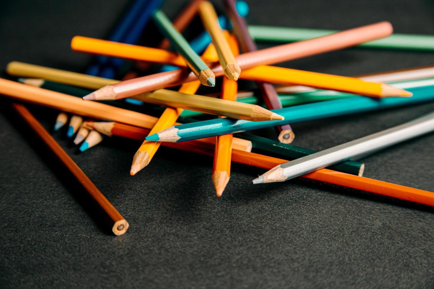 lápices de colores apilados al azar foto