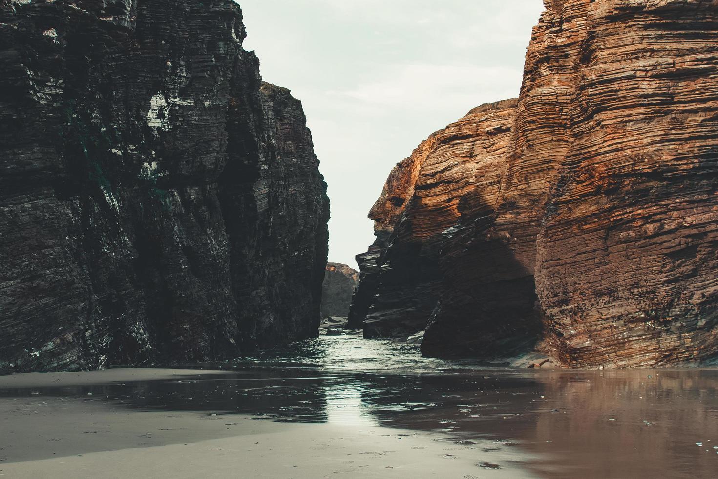 grandes rocas en la playa foto