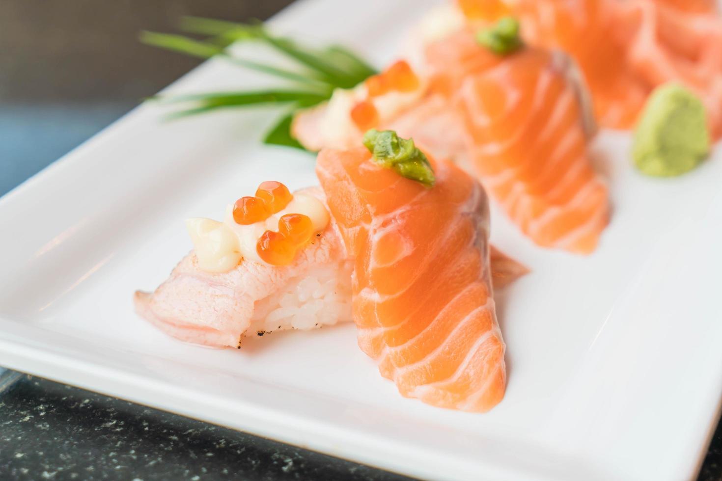 nigiri sushi de salmón foto