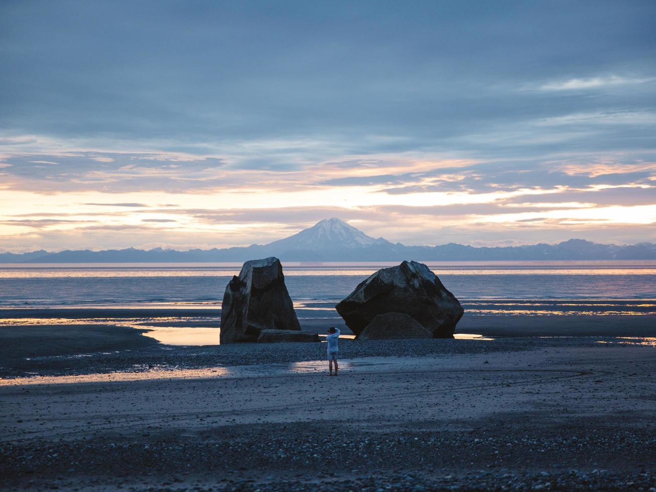 Fotógrafo de pie en la playa en Alaska foto