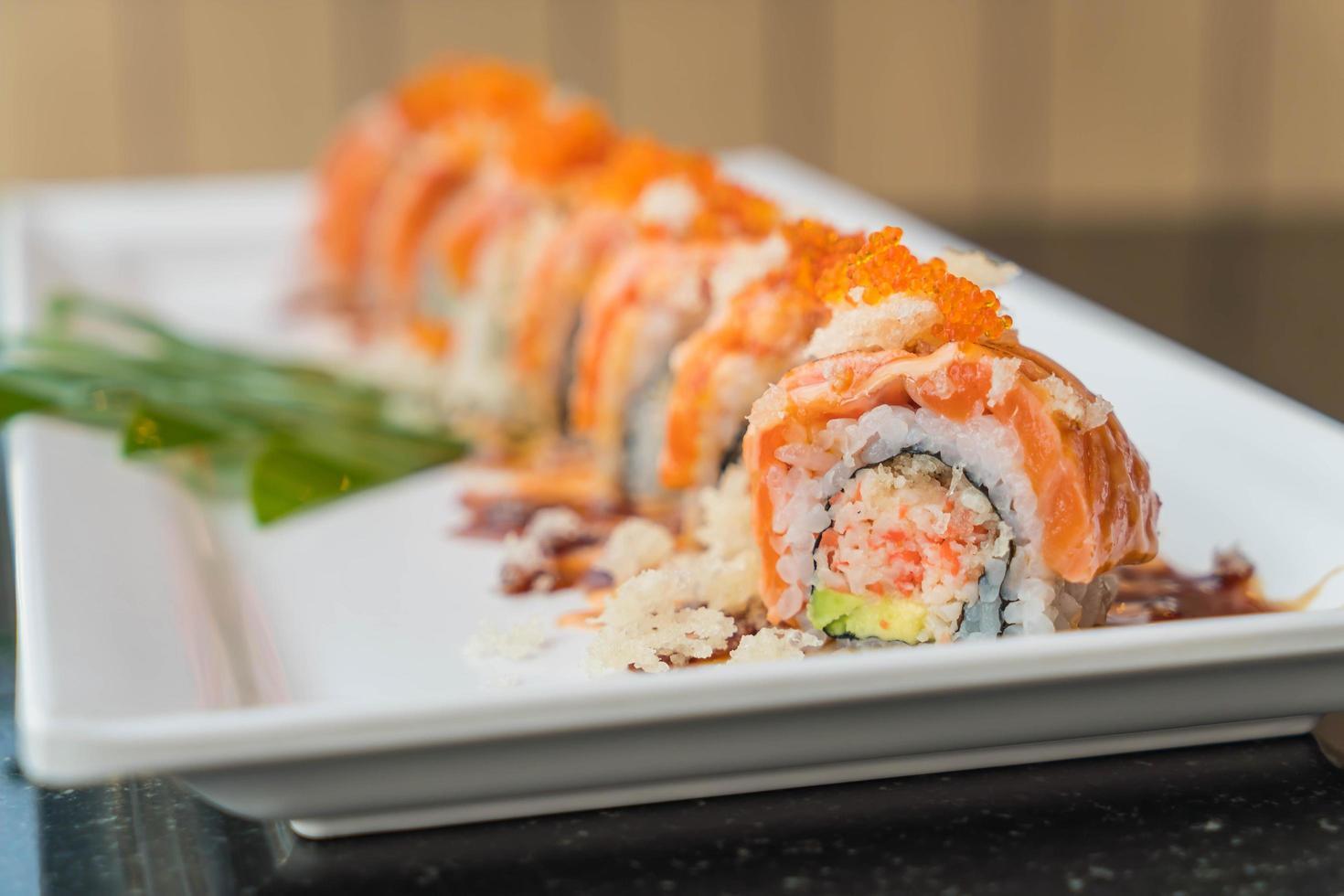 rollos de sushi de salmón foto