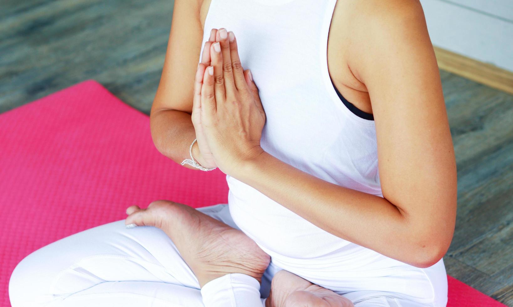 mujer practicando yoga foto