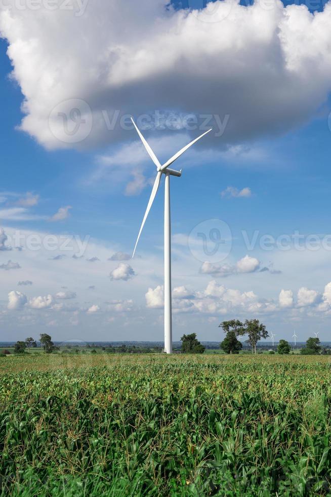 Aerogenerador de energía alternativa en el cielo de fondo en yuca foto