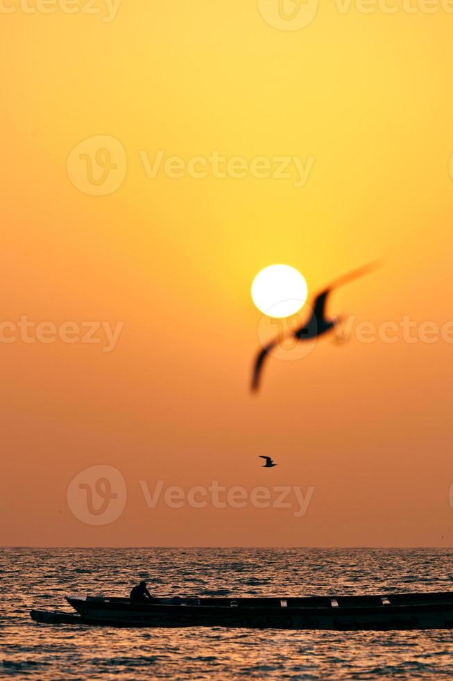 puesta de sol en la playa de áfrica occidental foto