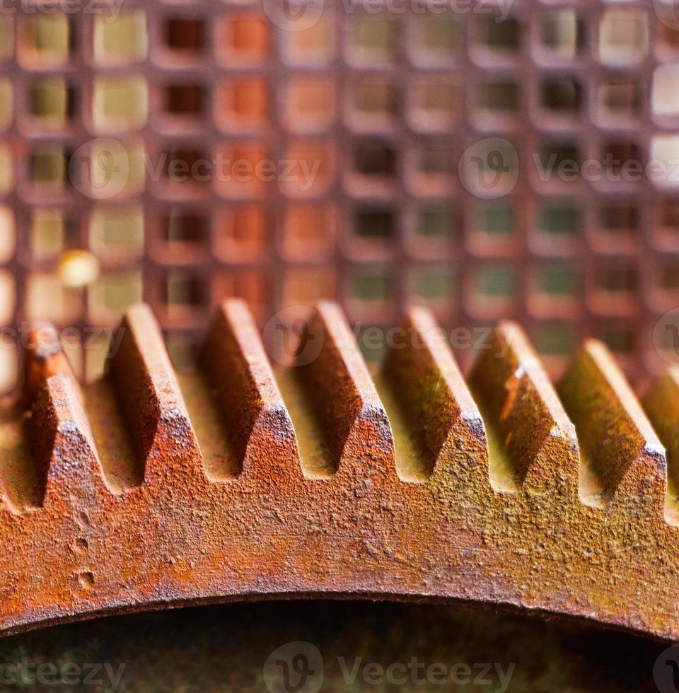 Piñón viejo y oxidado de la máquina mecánica foto