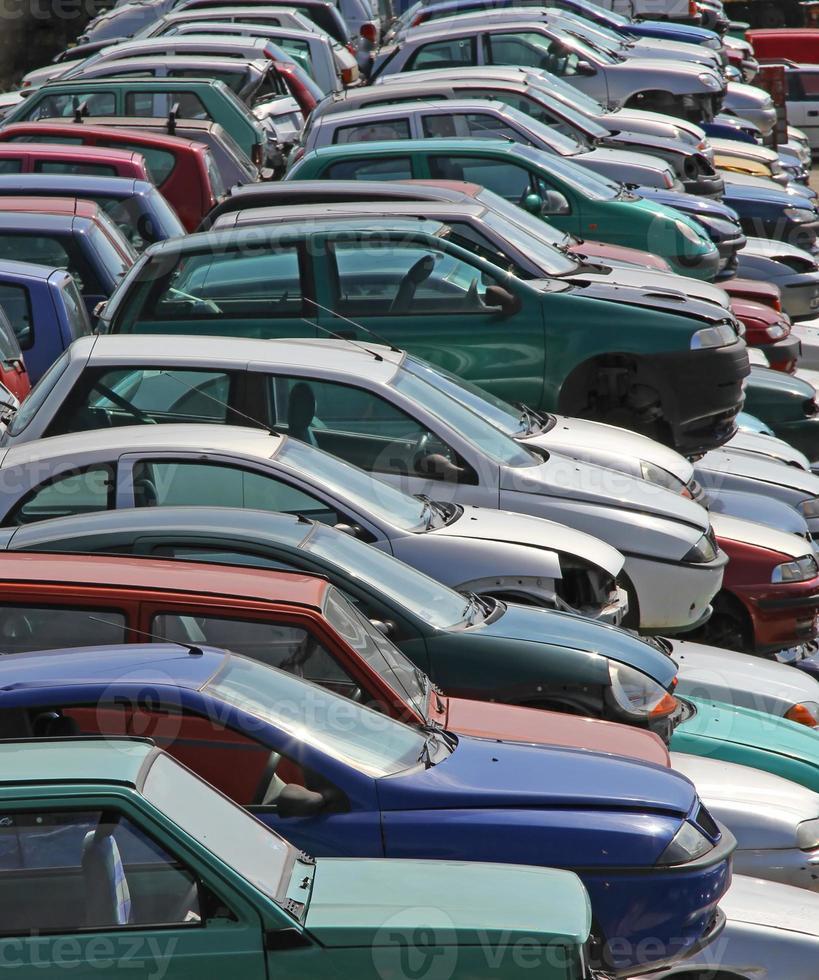 varios coches destruidos en el vertedero de demolición de coches foto
