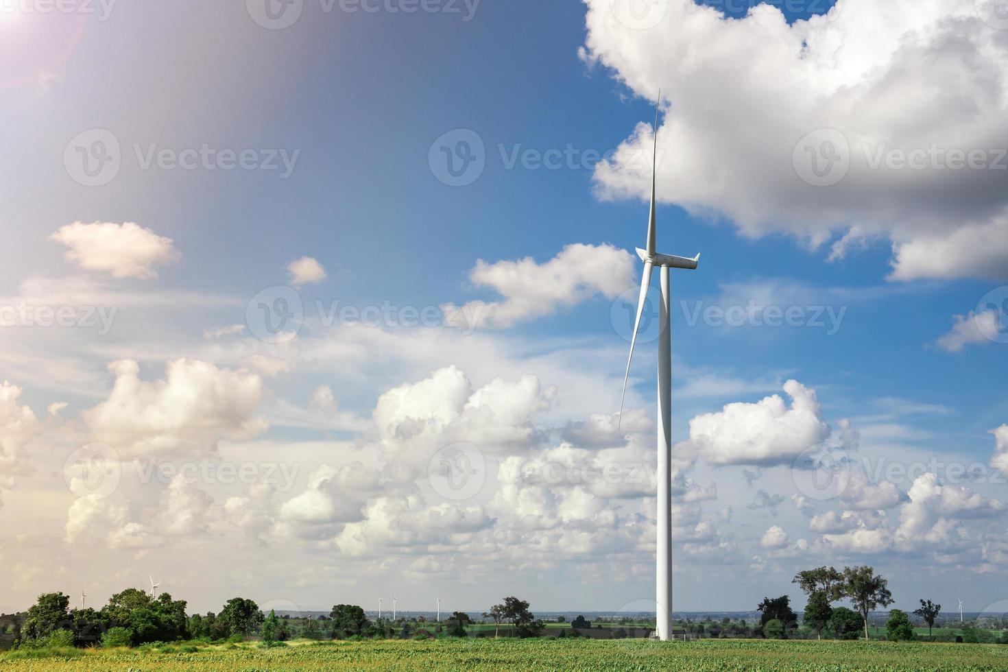 granja de aerogeneradores con luz solar foto