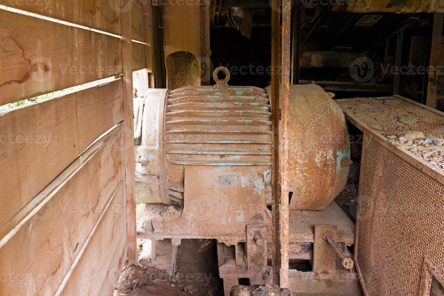 Antiguo motor eléctrico en fábrica abandonada foto
