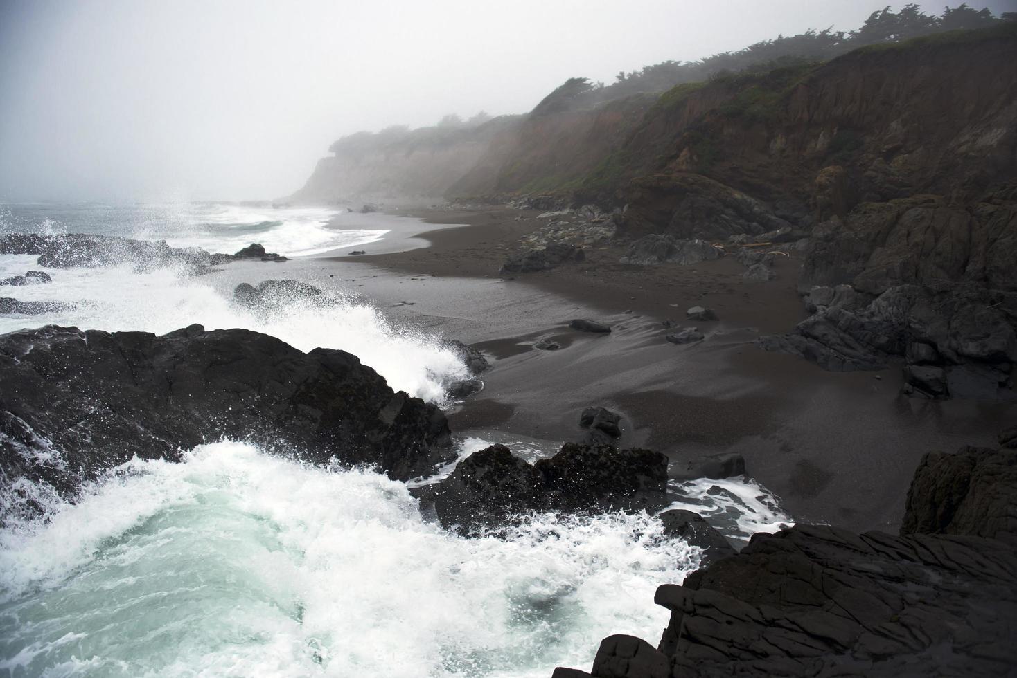 olas chapoteando en la orilla del mar foto