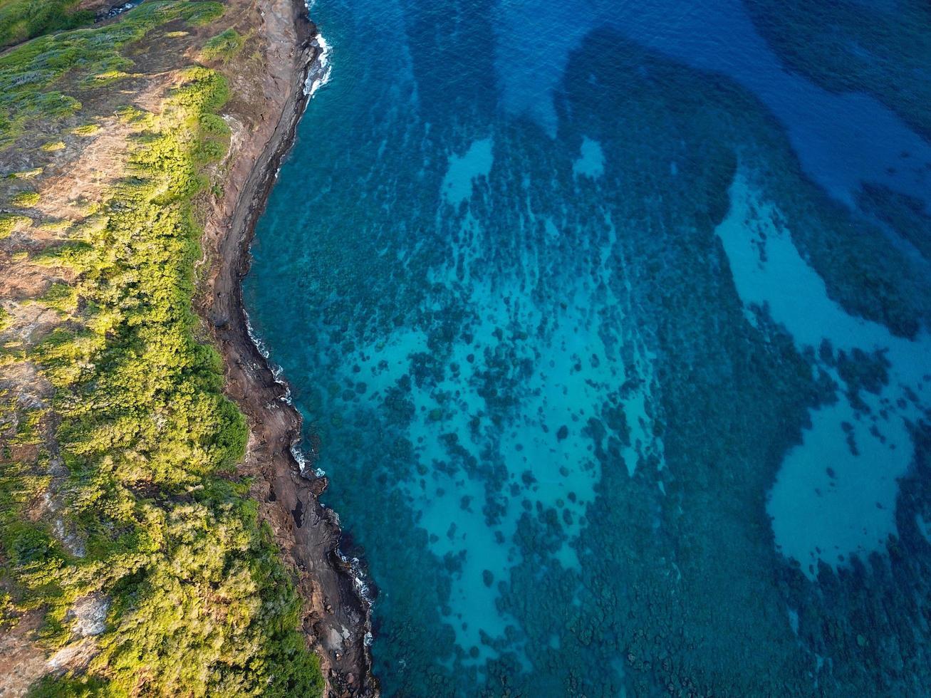 fotografía aérea de la tierra del mar foto