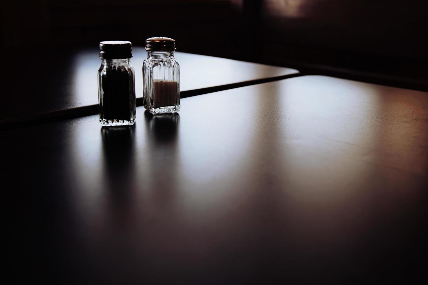tarros de sal y pimienta en la mesa foto