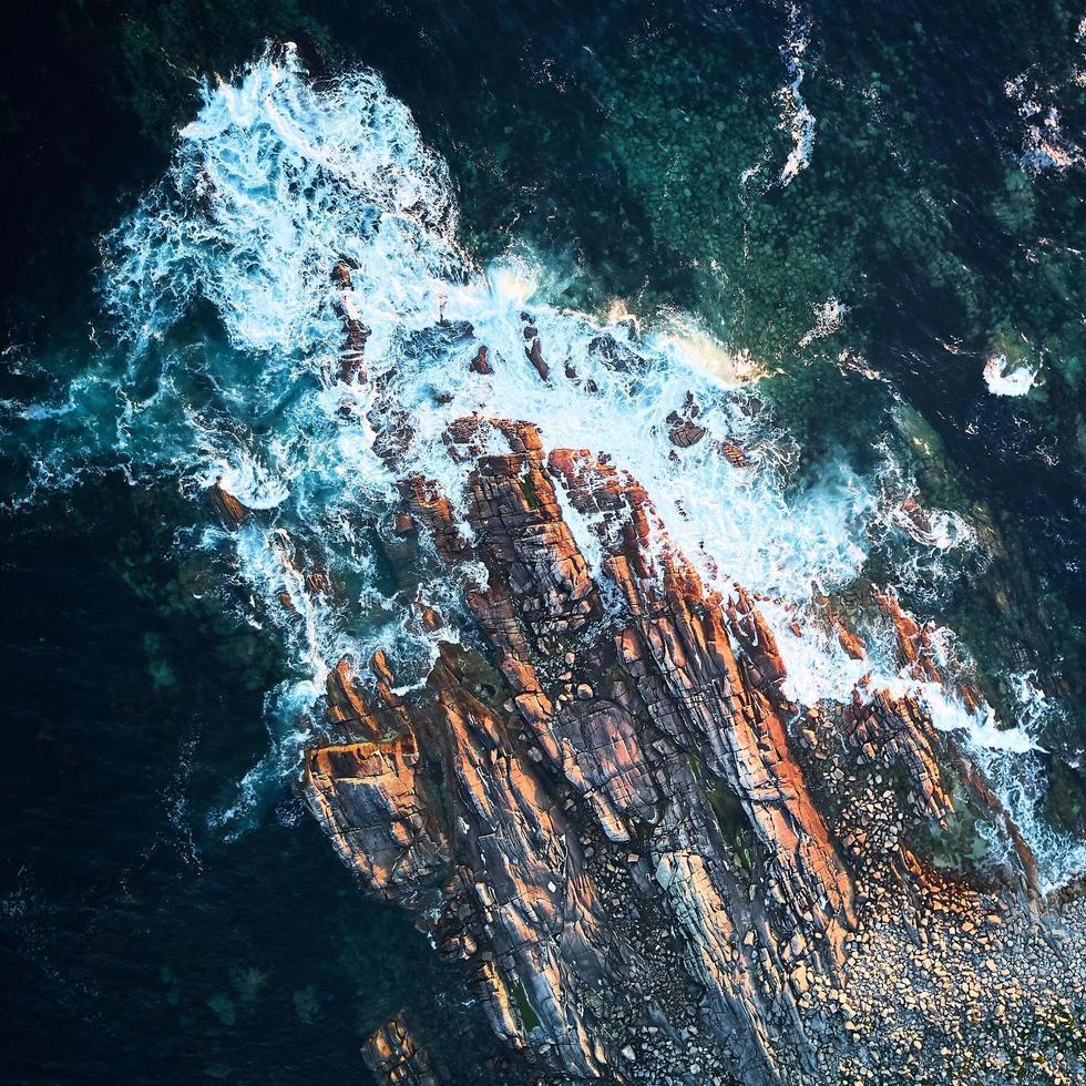 Water waves hitting rocks during daytime photo