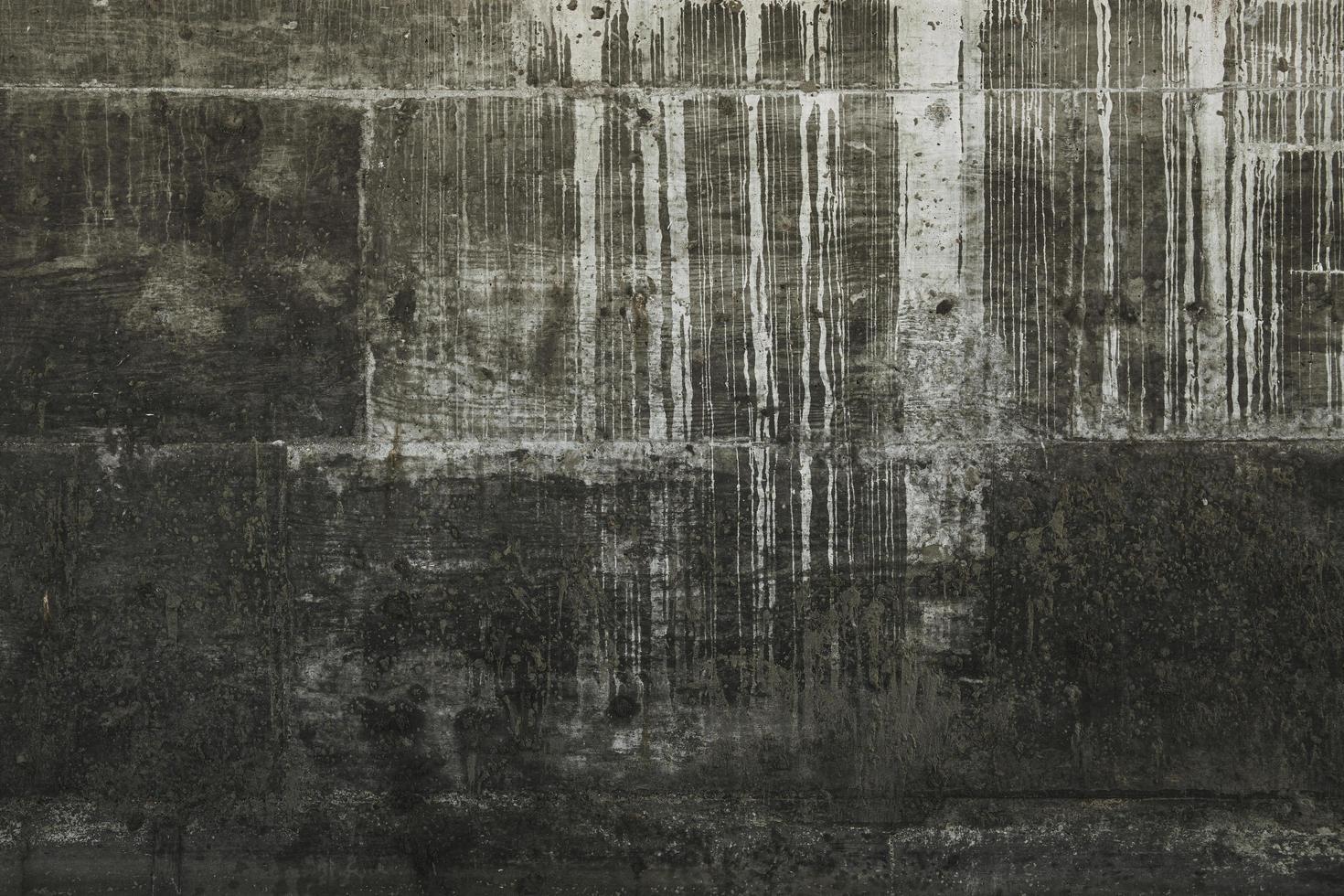 pintura blanca goteada en la pared gris foto