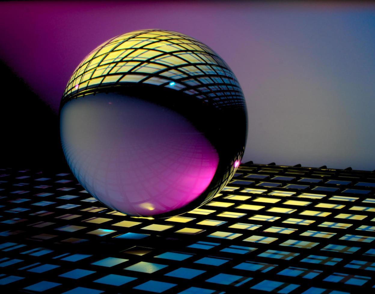 bola de cristal en superficie colorida foto