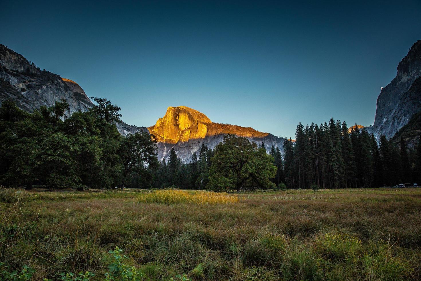 sol en el pico de la montaña en el parque nacional de Yosemite foto