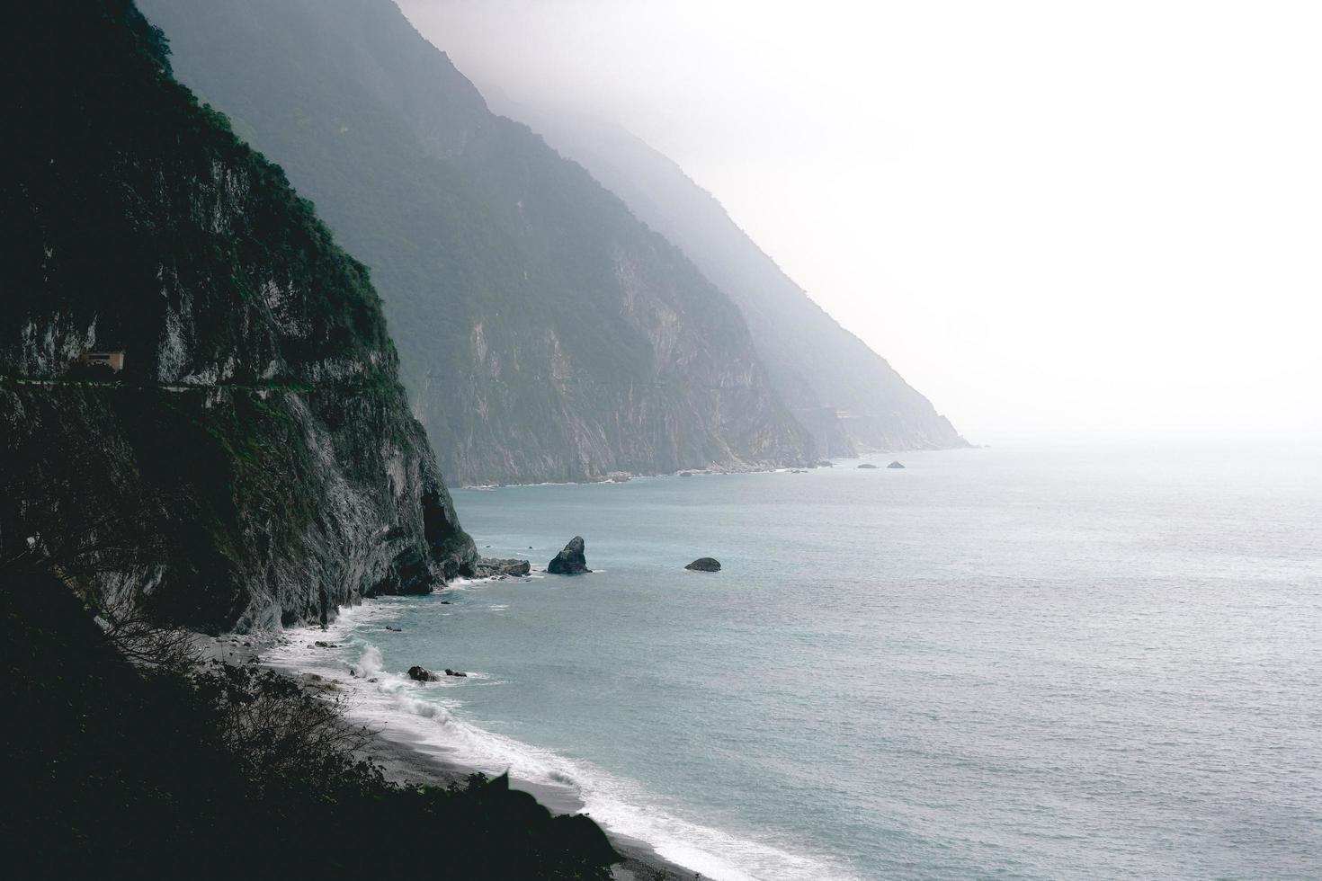 orilla del mar cerca de las montañas foto