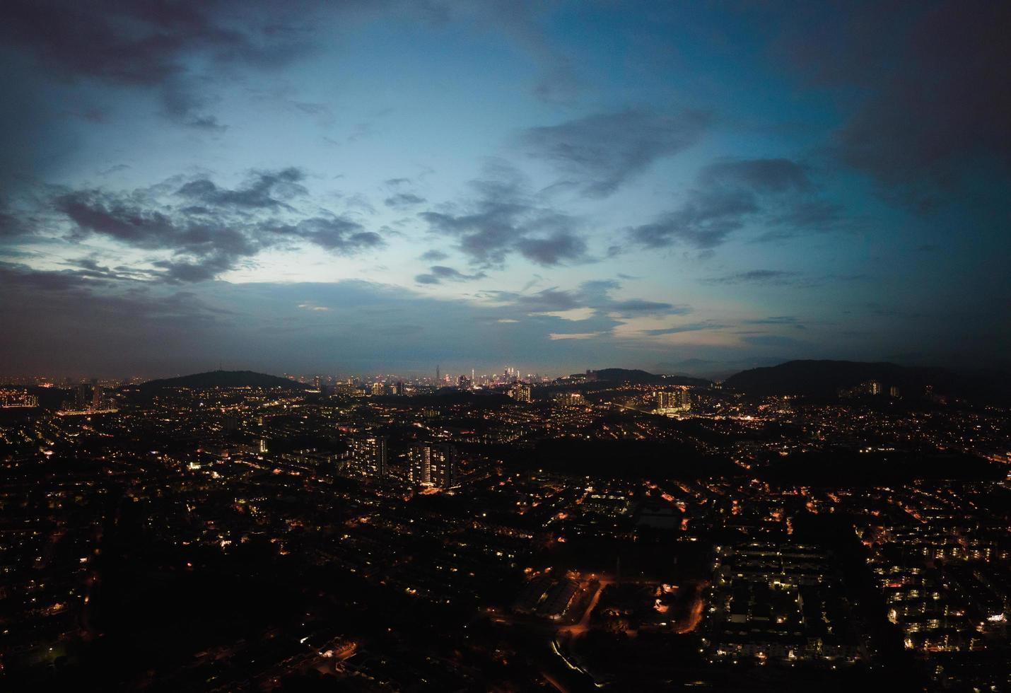 vista de la ciudad de noche foto