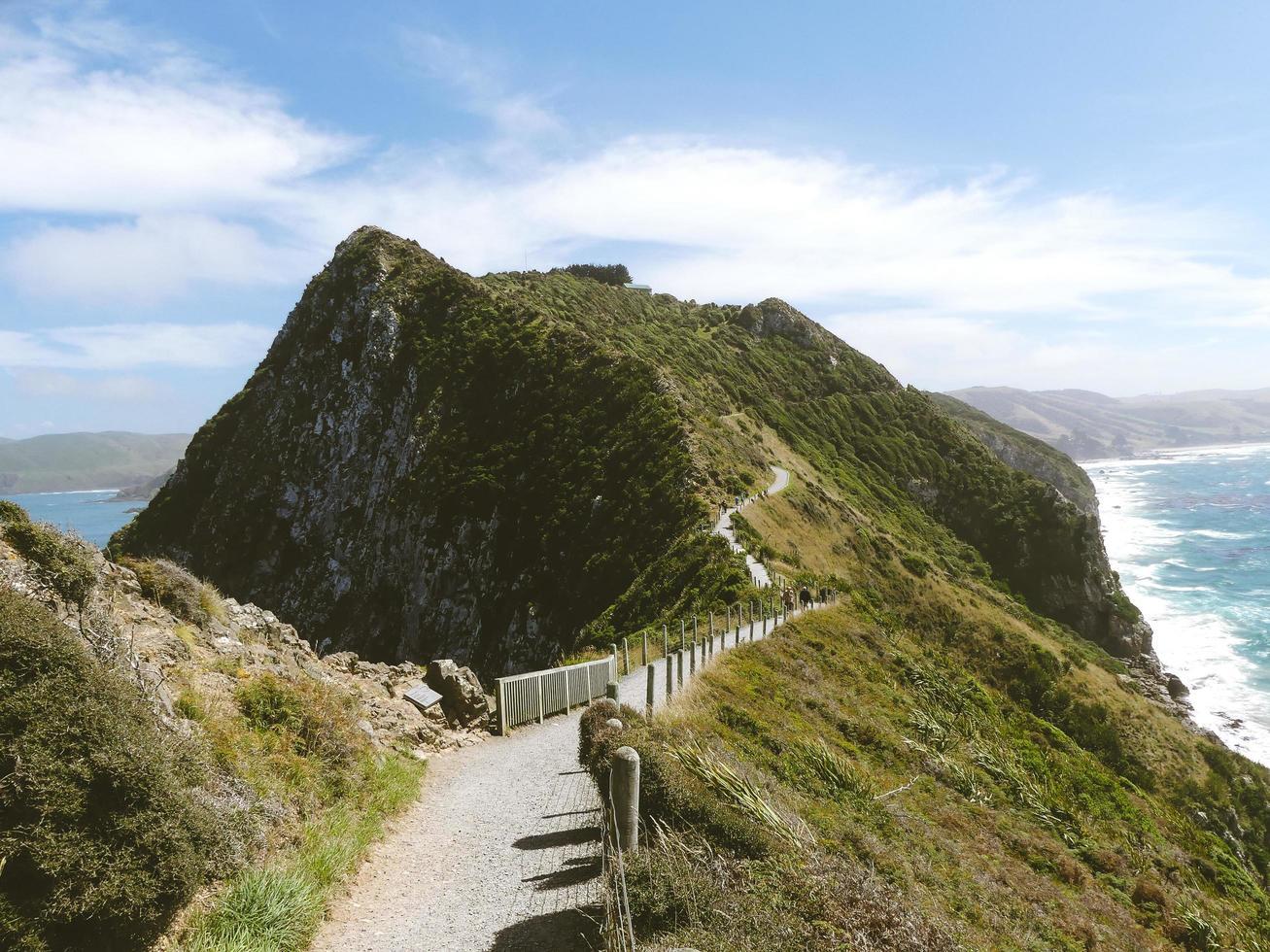 sendero a través de la montaña verde foto