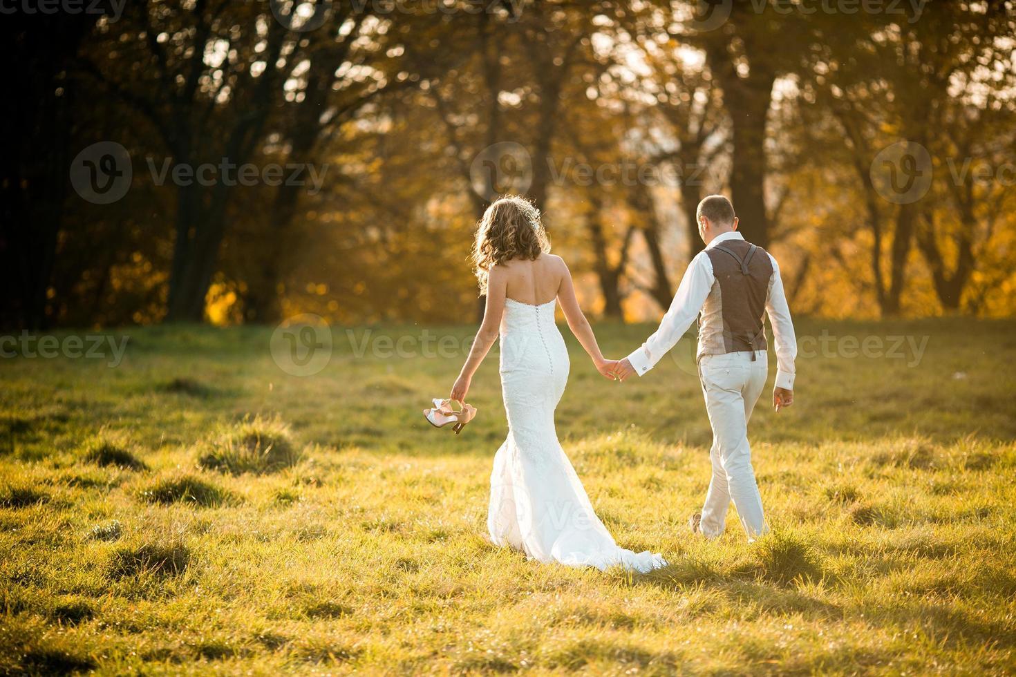 hermosa pareja caminando foto