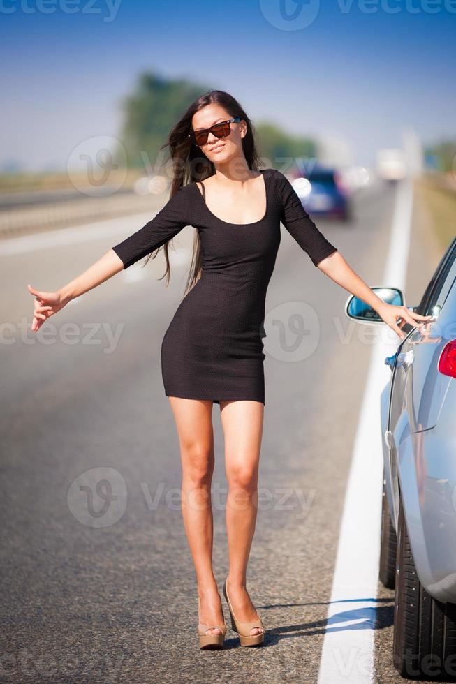 coche de carretera mujer morena foto