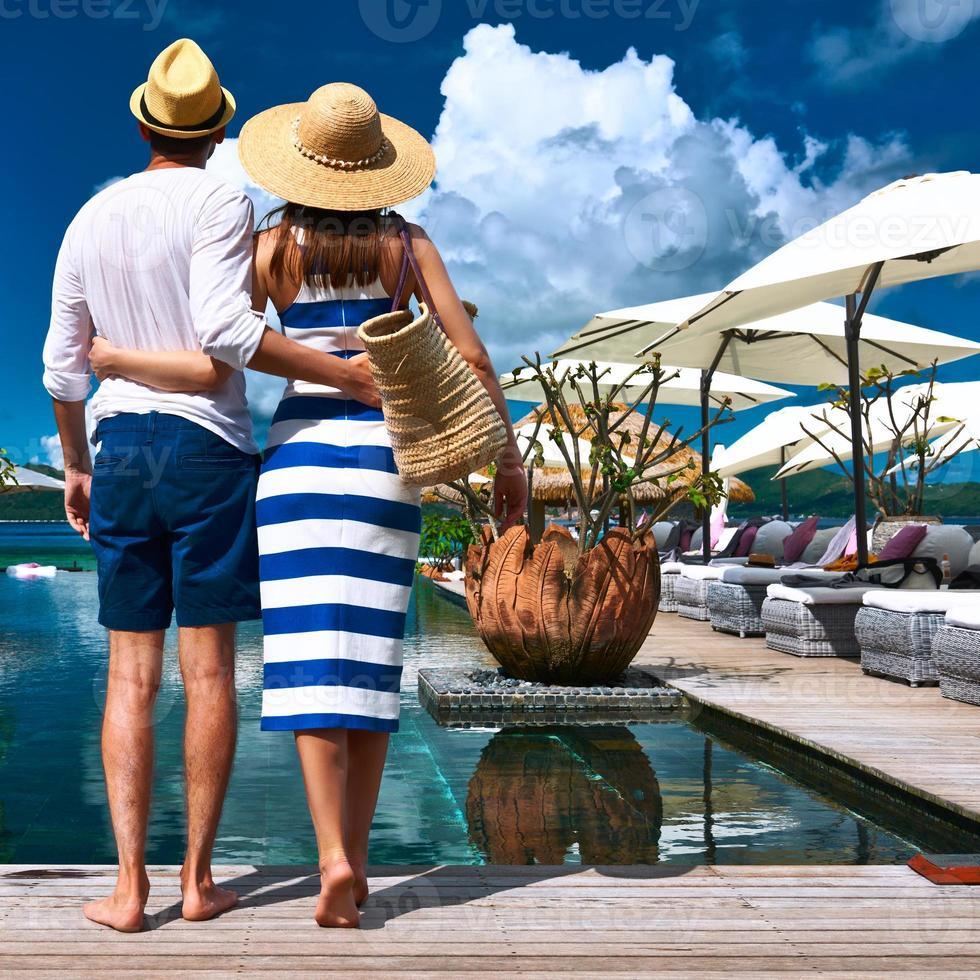 pareja cerca de la piscina foto