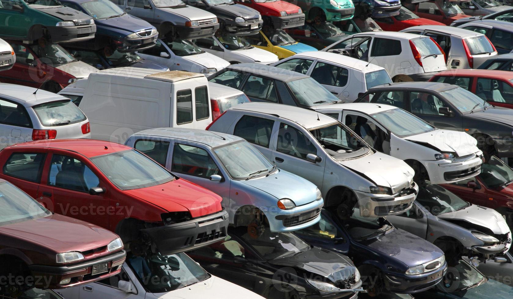 automóviles destruidos y dañados en la demolición de automóviles foto