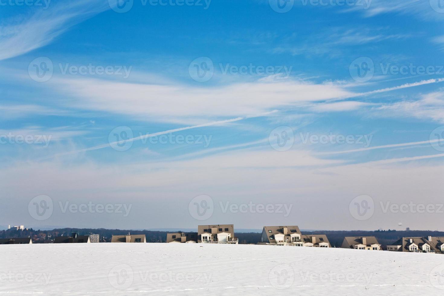 hermoso paisaje con torre de agua y zona de viviendas en invierno foto