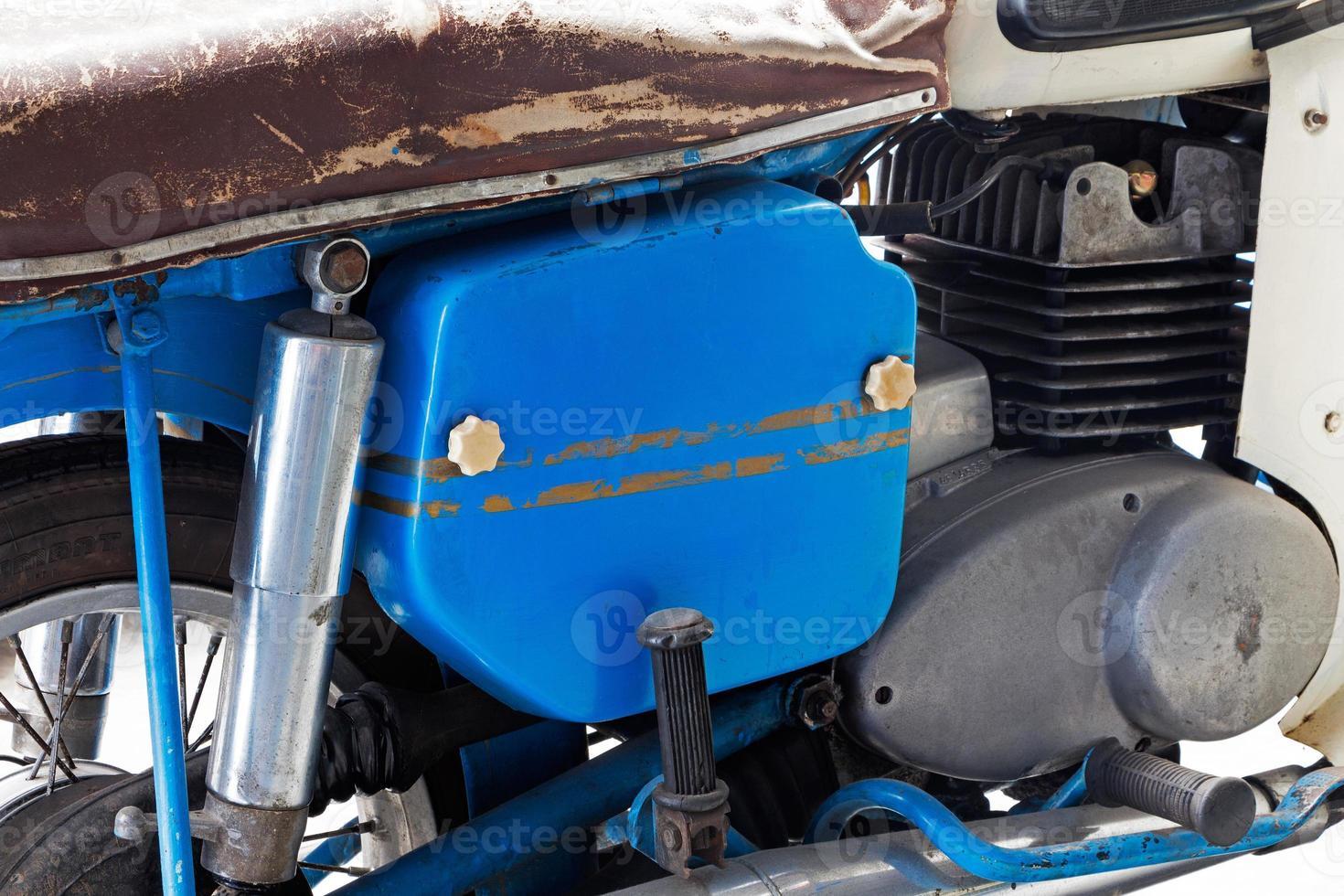 Detalle de la vieja motocicleta oxidada foto