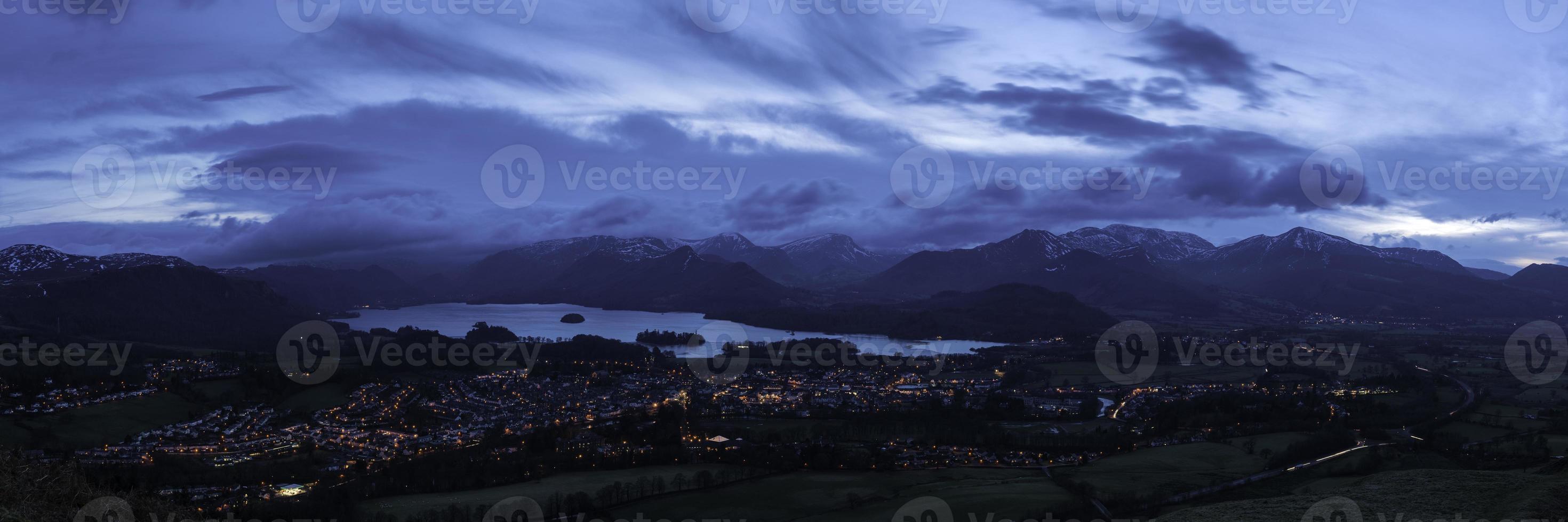 Lake District anochecer azul sobre la ciudad de montaña Cumbria foto